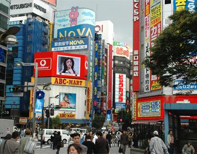 В големите мегаполиси всичко се е сляло в една обща голяма реклама. Използването на основно червен цвят също вече не помага, тъй като повечето реклами и надписи са в червено
