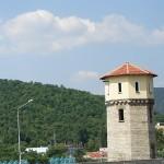Така и не разбрах каква е тази интересна кула. Снимката е правена в Сливен на път за Карандила