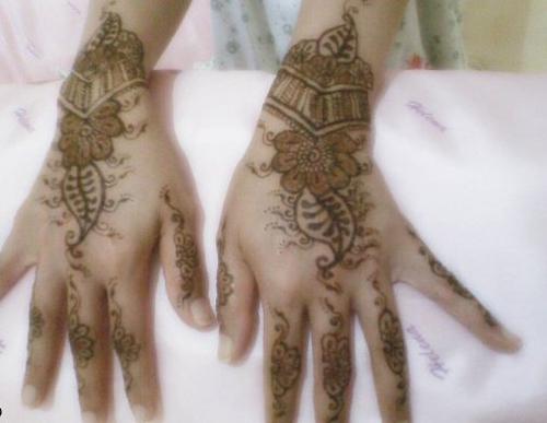 Henna tattoo е популярно изкуство в много страни, а Fytree Aja е изключително добра