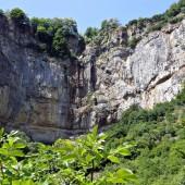 Вече мирише на водопад. Навсякъде има скали, шурти вода и отново, всичко е в зеленина. 50 метра по-късно го стигнахме. Постелихме трапезата на широка плоска скала.