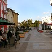 Центъра на града – широк, чист и спокоен в края на седмицата. Можете да чуете мислите си, смесени с песните на местните птици.