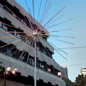 Странното творение до сградата на общината, което освен, че има иновативен дизайн, има и практично приложение – през нощта свети (но забравих да го посетя по тъмно).