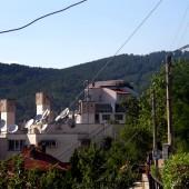Подобно на планинските български градове, Дупница се отличава с това, че където и да се обърнеш, на хоризонта има планини. На мен лично ми подейства тонизиращо. Различно е чувството от един равнинен град например, в който съм израснал. Бонусът тук е, че много от улиците са или надолу, или нагоре (зависи от посоката на вървене) и човек може да развие здрави мускули на краката си.