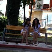 Дупнешки момичета в парка. Безгрижни чакат момците.