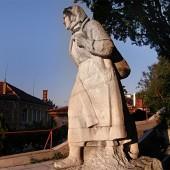 Ятачката! По време на партизаните и борбите за освобождение, ятаците са били силно значими личности в съпротивата. Не знам подробности, но госпожата от скулптурата вероятно има история в областта.