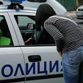 Даниела Методиева и местни полицаи говорят онези разговори, които се провеждат често между журналистите и органите на реда.