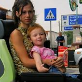 Млада майка в неравностойно положение беше на протеста със своята малка дъщеричка и инвалидната си количка