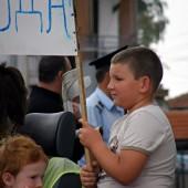 Малки и големи не се притесняваха от факта, че за всеки протестиращ се падаше почти цял полицаи