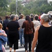 Преминаванията през пешеходната пътека започнаха. Жителите минаваха от единия тротоар на друг и пречиха на превозните средства