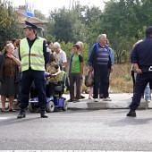 Местните жители споделиха, че на третия ден от протестите лек автомобил Жигули се е врязал в тълпата и трагичния инцидент се е разминал на косъм