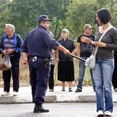 Част от полицаите явно показаха чувствата си към журналистите с демонстративно размахване на палки и опъване за лактите. На по-разпалени протести, тези неща не свършват добре. А работата на журналистите е единствено да отразяват събитията и да ги предоставят на обществото