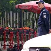 Младите полицаи бяха на пост на по-спокойни зони и се учиха от страни със захласа