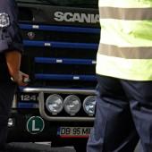 Тежкотоварните камиони в началото имаха затруднения заради своите габарити.