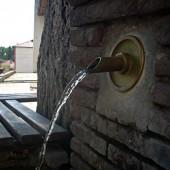 Една от десетките чешми в селото. Да, водата е чудесна