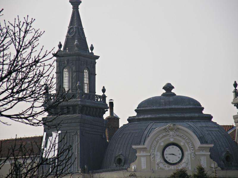 Грандиозните спомени днес са превърнати в министерства и политически общежития